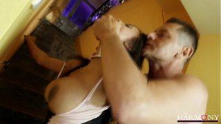 Испанка с пышным бюстом ебётся с пареньком до струйного сквирт оргазма